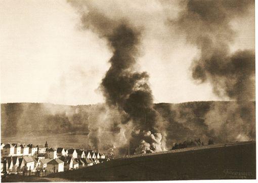 Dichte Rauchwolken stiegen am 11. Juli 1944 nach dem Luftangriff auf Ebingen auf. Es war der schwerste Angriff auf die damals noch eigenständige Stadt während des zweiten Weltkriegs. Foto: Stadtarchiv