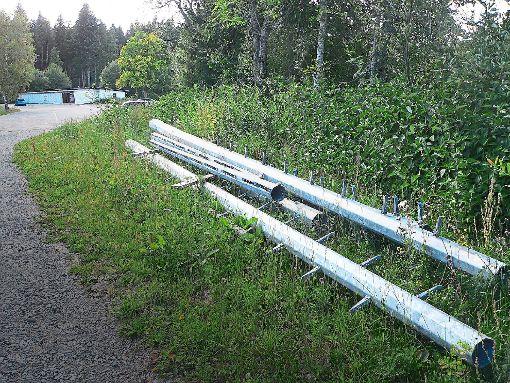 Für diese Flutlicht-Masten sind die Verantwortlichen vom FC Königsfeld weit gefahren. Foto: Bundesmann
