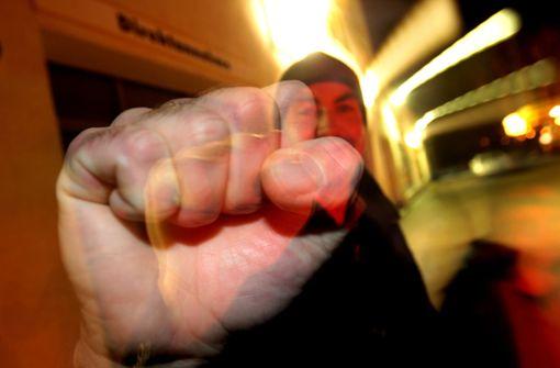 Fußgänger haben in Titisee-Neustadt auf einen Autofahrer eingeprügelt. (Symbolbild) Foto: dpa