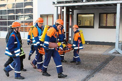 Auch der Transport von Verletzten wurde geübt.  Foto: Finkbeiner Foto: Schwarzwälder-Bote