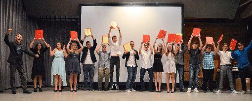 Schüler und Lehrer im Freudentaumel bei der Entlassfeier in Bösingen.   Foto: Kolic Foto: Schwarzwälder-Bote