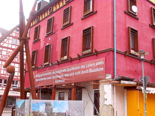 Eine neuer plakativer Angriff auf die Stadtverwaltung prangt am einstigen Belle Arti.    Foto: Schülke