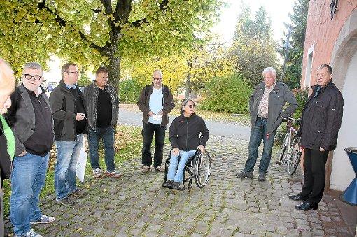 Inge Wenzler, Behindertenbeauftrage der Gemeinde Tuningen, verdeutlichte dem Gemeinderat die Problematik für Rollstuhlfahrer, die mit den Rädern in den Zwischenspalten des Kopfsteinpflasters hängen bleiben und kaum ins Rathaus können.   Foto: Bieberstein Foto: Schwarzwälder-Bote