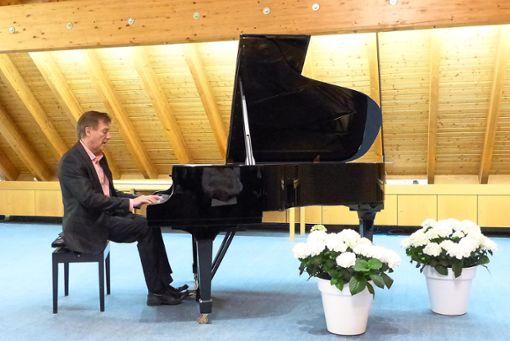 Immer wieder ergreifend ist es, wenn Valerij Petasch am Flügel im Haigerlocher Bürgerhaus spielt.  Foto: Beyer Foto: Schwarzwälder Bote