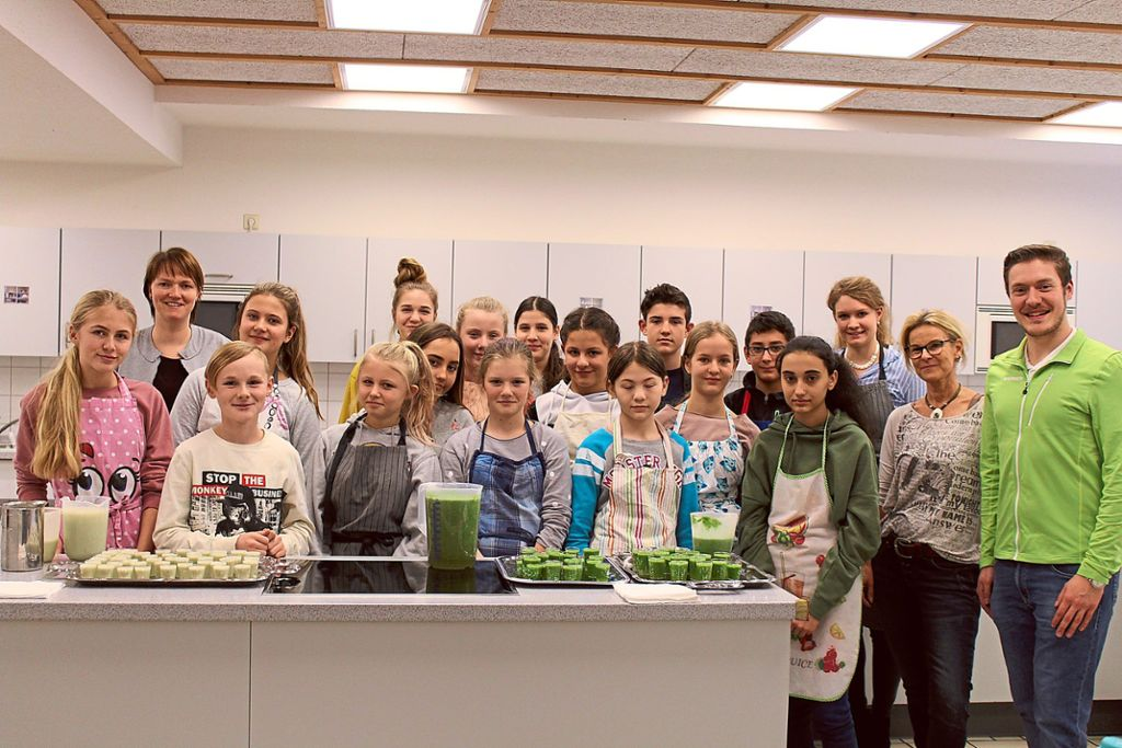 Die Siebtklässler der Karl-Brachat-Realschule präsentieren ihre Drinks.  Foto: Barmer Foto: Schwarzwälder Bote