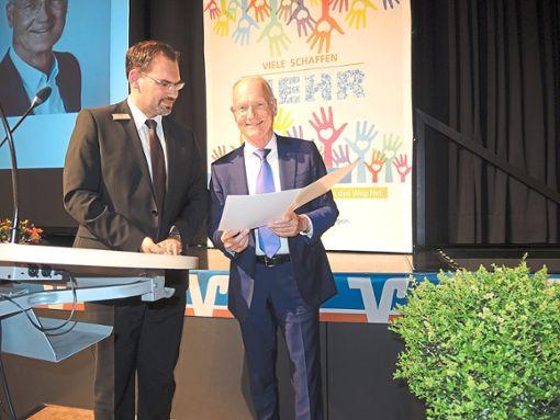 Wirtschaftsprüfter Mathias Juhl (links) zeichnet den stellvertretenden Aufsichtsratsvorsitzenden Rudolf Kastner mit der Ehrennadel in Silber aus. Foto: Schwarzwälder Bote