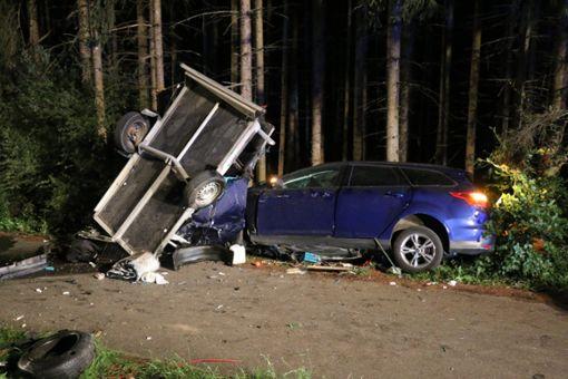 Bei einem Frontalzusammenstoß zwischen einem Auto und einem Wohnmobil auf der B 463 nahe strongEmpfingen/strong ist am Sonntag eine 22-jährige Beifahrerin getötet worden. Zwei weitere Menschen erlitten schwere Verletzungen. a href=https://www.schwarzwaelder-bote.de/inhalt.empfingen-22-jaehrige-stirbt-bei-unfall-auf-b-463.3b815bfa-32ff-42c7-9fa1-e38bb11ccd7d.htmltarget=_blankstrongZum Artikel/strong/abr Foto: Feuerwehr Empfingen