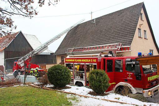 Die Feuerwehr Fluorn- Winzeln im Einsatz beim Kaminbrand in Winzeln.  Foto: Moosmann Foto: Schwarzwälder Bote