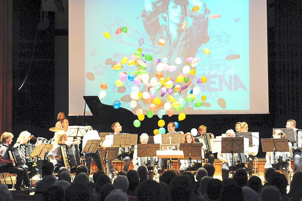 99 Luftballons –  der Nena-Song wurde beim Konzert des Harmonika-Spielrings förmlich greifbar.   Foto: Klisch Foto: Schwarzwälder Bote