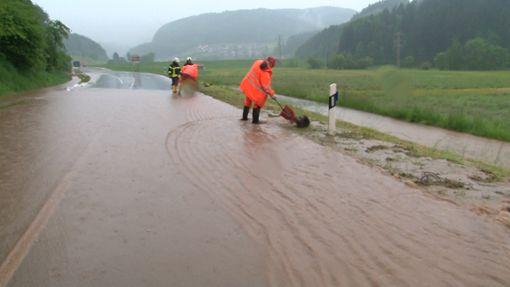 Die Bundesstraße zwischen Haslach und Mühlenbach steht nach Starkregen unter Wasser.  Foto: Kamera24