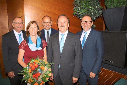 Heike Ehrenfried aus Altbulach und Joachim Flik aus Rohrdorf (rechts neben ihr) wurden bei der Generalversammlung der Raiffeisenbank im Kreis Calw für weitere drei Jahre in den Aufsichtsrat gewählt. Mit auf dem Bild die beiden Vorstände Gerd Haselbach (links) und Karl-Heinz Walz (rechts) sowie Aufsichtsratsvorsitzender Markus Wendel.  Foto: Köncke Foto: Schwarzwälder Bote