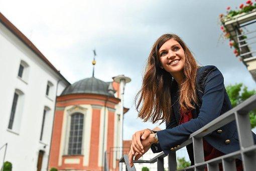 Jacqueline Straub vor der Kirche St. Martin in Meßkirch: Die 25-Jährige hofft auf die Öffnung des Priesteramtes für Frauen.  Foto: Kästle