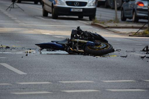 Der 43-jährige Motorradfahrer stürzte und verletzte sich schwer.(Symbolfoto) Foto: fsHH/Pixaby