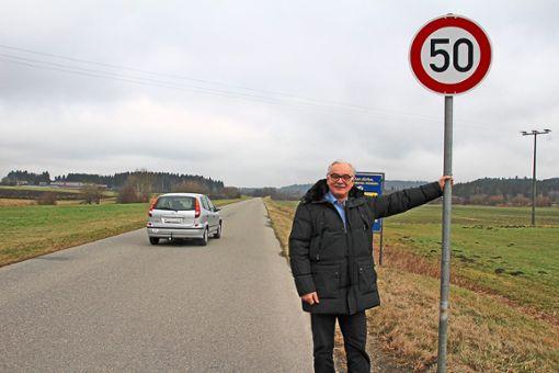 Bolzengerade und wenig befahren:  Aasens Ortsvorsteher Horst Hall ist  mit der  Einrichtung von Tempo 50 auf der alten B27 durch  die Stadt Bad Dürrheim nicht einverstanden.   Foto: Vollmer Foto: Schwarzwälder Bote