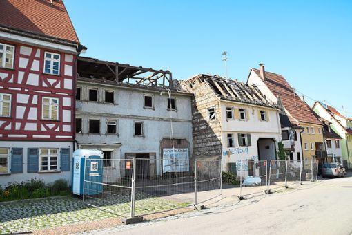 In der Gaberstallgasse werden die beiden Gebäude neben der Alten Schule abgebrochen. Dort entsteht ein modernes Wohnaus mit 13 Einheiten (Plan).      Fotos: Visel/Sen Foto: Schwarzwälder Bote