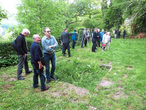 Der Bau- und Umweltausschuss machte sich am Dienstag ein Bild vor Ort.   Foto: Klormann