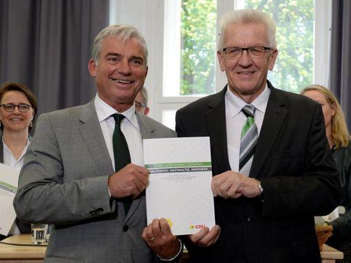 Winfried Kretschmann (r) und Thomas Strobl (l) stellen den grün-schwarzen Koaltionsvertrag vor. Foto: Bernd Weissbrod/Archiv/dpa