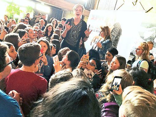 Matteo Markus Bok genießt das Bad in der Menge seiner jungen Fans. Am Sonntag tritt das Gesangstalent aus Italien mit Haigerlocher Wurzeln im ZDF-Fernsehgarten auf.  Foto: Bresolin Foto: Schwarzwälder-Bote