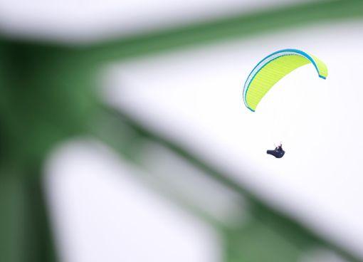 Der 63-jährige Gleitschirmflieger wurde bei dem Sturz schwer verletzt. (Symbolfoto) Foto: dpa