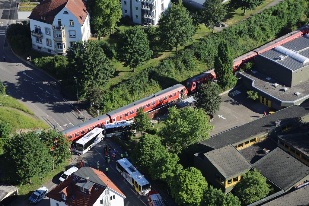 Zug erfasst Bus in Tuttlingen