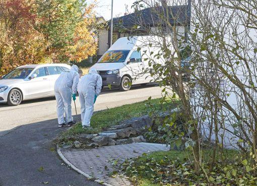 Kriminalbeamte am Tatort in Horb-Nordstetten. Am 2. November 2018 wurde dort der 57-jährige Michael Riecher getötet. Foto: Jürgen Lück