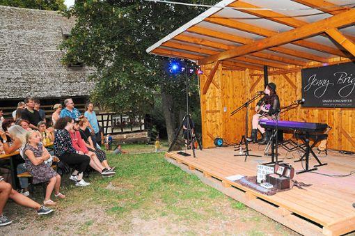 Da hören doch viele aufmerksam zu, wenn Jenny Bright eigene Kompositionen und Coversongs präsentiert.  Foto: Ziechaus Foto: Schwarzwälder Bote