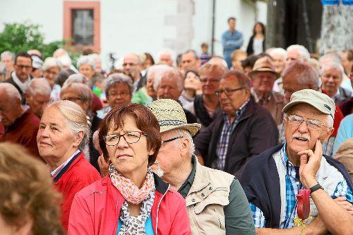 Die Redner und die Fotografin blicken in die interessierten Gesichter aufmerksamer Zuhörer.  Foto: Schmidtke