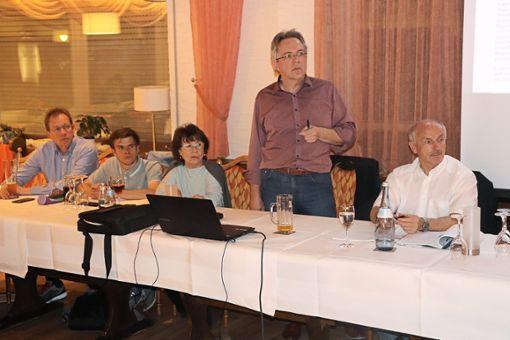 Ingo Zerrer (Mitte stehend) erklärt bei der Hauptversammlung der Bürgerinitiative Gegenwind Straubenhardt die neuesten Entscheidungen der Verwaltungsgerichte.  Foto: Jähne Foto: Schwarzwälder Bote