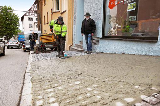 Das löchrige Pflaster wird unter anderem auf dem Gehweg in der  Bruderschaftsgasse neu verfugt.  Foto: Otto