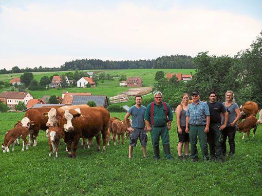 Engagierte Landwirte: Michael Haist (von links), Markus Dietz, Angelina Burkhardt, Hans-Jochen Burkhardt, Andreas Lamparth und Katharina Jonas machen sich Sorgen um ihre Existenz.    Foto: Mutschler