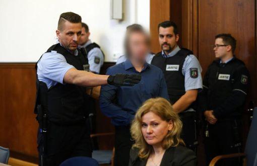 Der Angeklagte Sergej W. wird im Landgericht in Dortmund zur Anklagebank gebracht. Dem 28-jährigen Mann wird 28-facher versuchter Mord vorgeworfen. Er soll am 11. April in der Nähe des Team-Hotels eine Sprengstoffanschlag auf den Mannschaftsbus von Borussia Dortmund verübt haben.  Foto: Ina Fassbender/dpa