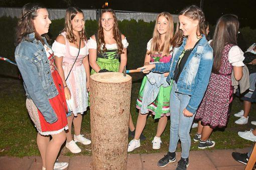 Zahlreiche Mädchen zeigten, dass sie den Hammer zielsicher führen können.   Foto: Baiker Foto: Schwarzwälder Bote
