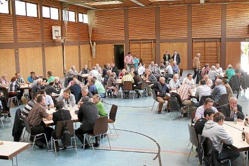 An den Tischen in der Dickeberghalle sind Arbeitsgruppen gebildet worden. Die Teilnehmer tragen die positiven und negativen Aspekte in ihrem Stadtteil zusammen. Foto: Steinmetz