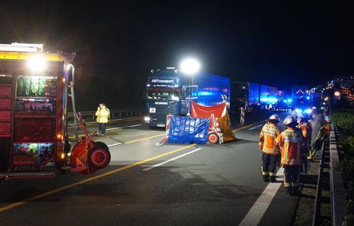 Nach einem Unfall auf der Autobahn 81 bei Mundelsheim stehen Feuerwehrleute auf der Fahrbahn. Eine Frau wurde angefahren und tödlich verletzt.  Foto: dpa