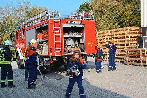 Die langen Wasserschläuche mussten bis zum Brandherd ausgelegt werden.  Foto: Wölfle Foto: Schwarzwälder Bote