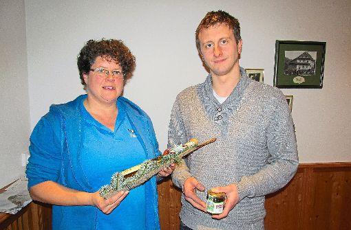 Vorsitzende Carmen Pfau ehrte Johannes Kienzler für 20-jährige Mitgliedschaft im Nabu.   Foto: Müller