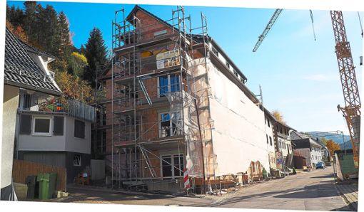 Die Gemeinde rechnet damit, dass das Haus zum sozialen Wohnungsbau im März 2019 fertig gestellt sein wird.   Foto: Reinhard