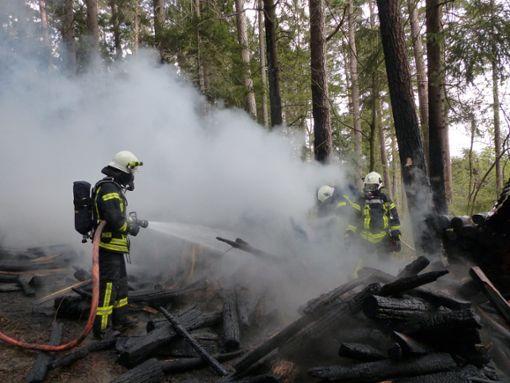 Nach dem Brand zweier Holzstöße hat die Polizei einen Verdächtigen verhaftet.  Foto: Müller