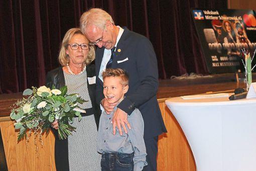 Ein sehr emotionales  Ende: Gaby und Manfred Kuner mit dem ältesten Enkel, der sicher hofft, dass der  Opa nun öfters Zeit für ihn haben wird. Foto: Schwarzwälder Bote