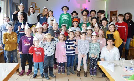 Hüte aller Art tragen die Kids: Bei ihrem Treffen haben sie viel Spaß.   Foto: ah Foto: Schwarzwälder Bote
