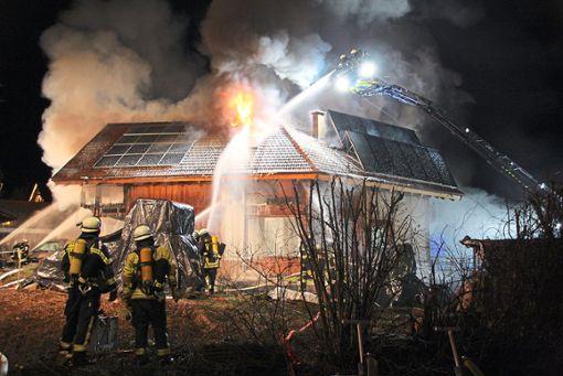 Das Jahr 2018 begann nicht überall gut: Vermutlich eine Silvester-Rakete hat dafür gesorgt, dass in der Neujahrsnacht in strongRangendingen/strong ein Haus abbrannte. a href=https://www.schwarzwaelder-bote.de/inhalt.rangendingen-brand-wohnhaus-geht-in-flammen-auf.fba222cf-ccc8-4ada-a0f8-418683a53f2e.htmltarget=_blankstrongZum Artikel/strong/abr Foto: Kost