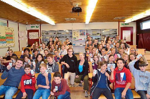 Beim Luftquiz stellen Elias Braun und Christiane Rohrer (Mitte) den Schülern der 8. und 9. Klasse des TSG Wissensfragen.   Foto: Seiss Foto: Schwarzwälder-Bote