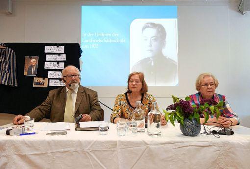 Im Bildungszentrum in Gosheim sprechen der Sohn eines Zeitzeugen, Mathematikprofessor Wieslaw Majchrzak, und seine Frau Rycarda (in der Mitte die Dolmetscherin Barbara Pfanner, im Hintergrund das Bild des Vaters, Stanislaw Majchrzak).   Foto: Graf Foto: Schwarzwälder Bote