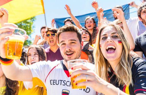 Rudel-Gucken während einer Fußball-WM ist einfach schön: Mit dem ersten Deutschlandspiel gibt es wieder zahlreiche Public-Viewing-Möglichkeiten im Zollernalbkreis. Foto: Shutterstock: William Perugini