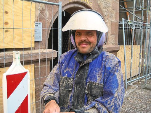David Zyborius von  der Firma Kübler bei Arbeiten mit dem Hochdruckstrahlgerät am Dornstetter Rathaus.   Foto:  Firma Foto: Schwarzwälder Bote