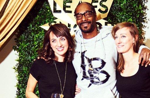 Der Rapper Snoop Dogg mit den beiden Designerinnen Alex Stickeleather (links) und Franziska Stetter aus Oeffingen.  Foto: privat