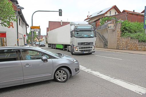 An der Kreuzung Marktstraße und Hauptstraße B 14 in Eutingen geht es aktuell aufgrund der Umleitung eng zu, vor allem wenn sich zwei Lastwagen begegnen.   Foto: Feinler