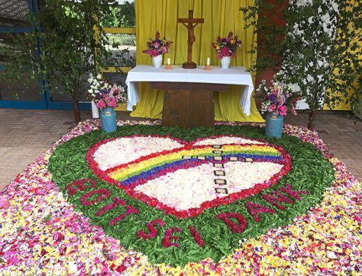 Die Frauengruppe und Ministranten gestalteten diesen schönen Blumenteppich.   Foto: Privat Foto: Schwarzwälder Bote