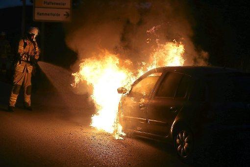 Ein 25-Jähriger hat am Mittwoch nach einem Unfall in Renningen (Kreis Böblingen) rechtzeitig sein brennendes Auto verlassen können. (Symbolfoto) Foto: Marc Eich