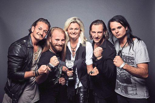Die beste Band bei den Metal Hammer-Awards in Berlin: Kissin´Dynamite präsentiert stolz seinen Preis.    Foto: Schweiger Foto: Schwarzwälder Bote